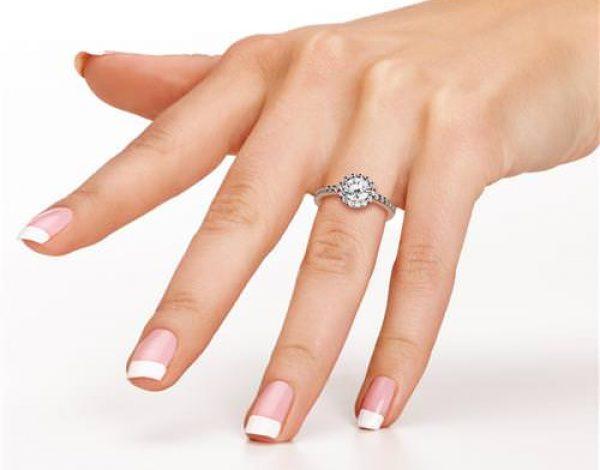 Elegir la talla del diamante según tus manos