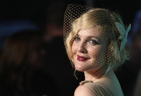 Drew Barrymore con peinado joya glamour vintage