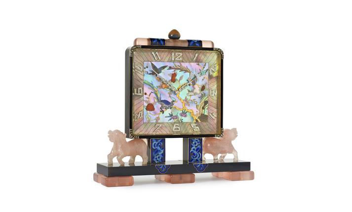 Reloj Art Deco Chino de mesa de la firma LaCloche Frères CIRCA 1925 con un dial rectangular en madreperla con decoraciones chinas de flores y pájaros enriquecidas con coral y diamantes, obra de Vladimir Makovsky. Perteneció a la Familia Real de Saboya, Italia