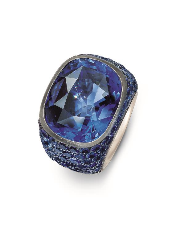 Hemmerle-ring-sapphires-black-finished-silver-white-gold-0082_02_Ring