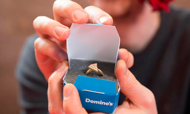 anillo de compromiso pizza de Domino`s Pizza